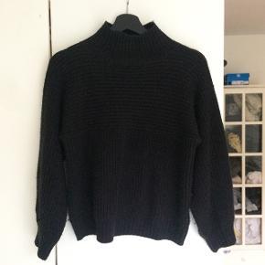 fin sweater fra monki i str. xs den er lidt nulret, men det er vist ikke noget, der ikke kan klares med en fnugrulle :) sælges derfor billigt!!