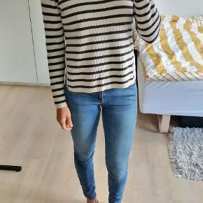 Hvid og blå stribet sweater / bluse fra Ganni, med slidser i siderne.  #Secondchancesummer