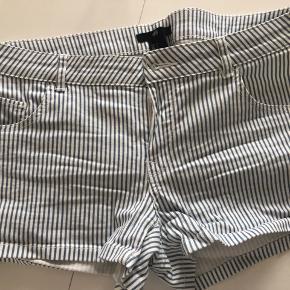 Tag 3 - betal for 2. Gælder annoncer hvor det er påført.   Shorts fra H&M i jeansmateriale.   Blå- og hvidstribede.   Brugt en enkelt gang.   Køber betaler evt porto. Jeg sender med Dao.