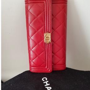 Chanel boy rød pung sælges  Kvittering følger med  Den er sparsomt brugt!  Ønsker kun seriøse henvendelser Handler over bankoverførsel eller mobilepay