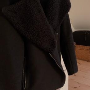 Fin tyk uldjakke fra & other stories. Købt for 3 år siden, men får den ikke brugt
