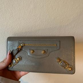 Sælger udelukkende fordi jeg skal have en mindre pung. Der er plads til alt man skal have i sin pung!
