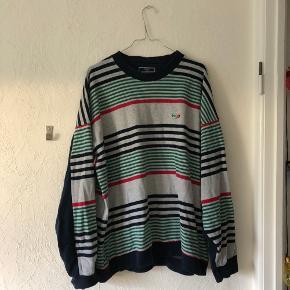 Stribet, retro sweatshirt fra H2O Sports Collection. Købt i genbrug, men har ikke selv fået brugt den nok til at beholde den. Den har ingen tydelige tegn på slid og kommer fra røgfrit hjem🤗  Kig endelig mine andre annoncer igennem - jeg giver gerne mængderabat😎