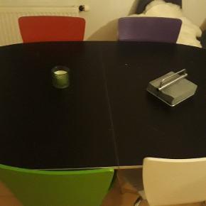 Bord m. 2 tillægges plader til midten plus 4 stole 1 rød 1 lilla 1 hvid 1 grøn