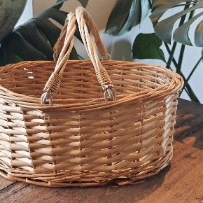 Den sødeste lille pileflet picnickurv i perfekt stand  27 cm. Lang 14 cm. Høj 22,5 cm. Bred