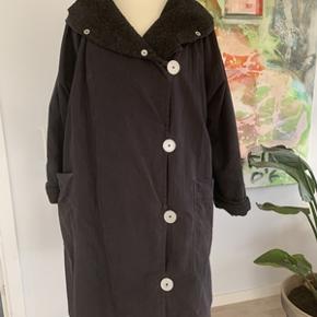 Super flot sort oversized frakke str. M fra Mcverdi, med aftageligt for, så man også har en forårs/sommerfrakke. Længde 102 cm. I meget fin stand.
