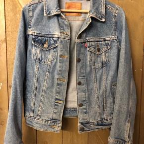 Stort set ubrugt Trucker Denim jacket fra Levi's. Fremstår fuldstændig som ny.   Jeg har sen også til salg i sort.