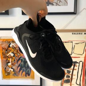 Løbesko / fitnesssko fra Nike. Modellen hedder Free RN. De er brugt i en kort periode, og vasket i maskinen. De er små i størrelsen. Jeg passer normalt str. 40-41 i sko. De er i rigtig fin stand :-)   Giv endelig et bud! 🌟