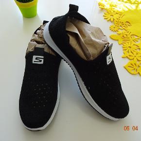 Sneakers som er perfekte til en aktiv livsstil på farten. Disse sneakers er designet til at være yderst komfortable, gode at gå i og ikke mindst med et cool udseende. De er lavet i et særligt materiale som er yderst åndbart, og derfor er disse sneakers nok de mest komfortable sko du nogensinde har haft på.  Særligt Airmesh materiale   Komfortable  Slip-in design - yderst hurtige at få på Sålen kan udskiftes, hvis dette ønskes Materiale: Gummi, bomuld, airmesh  Sælges da de er lige små nok til mig. det er str 40. Nypris 649,- sælges for 375 kr.