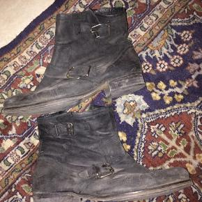 Lækre støvler med spænde! Hælen er skiftet hos skomager! Trænger lige til at blive vasket og smurt med fedt, ellers lækre!