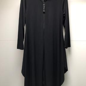 Lækker mat fashion cardigan / kjole i lækkert stof der giver sig  Str M 46/48