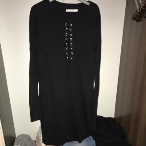Sort kjole fra weekday. I størrelse S. Brugt max 3 gange.