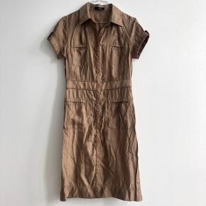 Sommerfin kjole/vest fra Day Birger et Mikkelsen. Kan bruges lukket som en kjole eller åben, som en vest med noget indenunder. Farven er en brunlig nuance og standen er rigtig fin. BYD ✨
