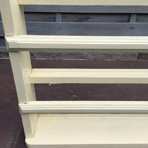 128 x 44 x 10 cm tallerkenrække med en del år på bagen. Den har været flittigt brugt og kan godt tåle lidt maling....