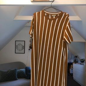 Sælger den smukke By Malene Birger kjole, brugt meget få gang og standen er derefter (fejler INTET)   Str. Xs/s er oversized så vil også kunne passes af en M
