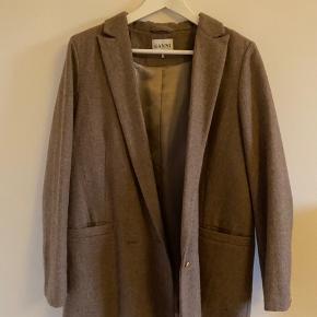 Ganni jakke i blazer-look. I uld med polyester for. Er renset på renseri, og har ikke været brugt længe.