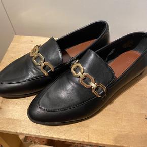 Aldrig brugte loafers med gulddetalje.😎  Kan afhentes på Amagerbrogade eller sendes via DAO (helst gennem ts handel). Køber betaler porto. Prisen kan forhandles. Mængderabat gives.