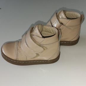 Super fine lak støvletter i pudderrosa, støvlerne er uden foer.  Brugt sparsomt. Fra røg og dyre frit hjem.
