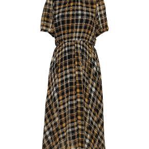 JUST FEMALE KJOLE, BRIX DRESS Lang kjole i check med flæse detaljer og et elastikbånd i taljen. Almindelig i størrelsen.  Polyester 100%  Bytter ikke! Køber betaler porto.