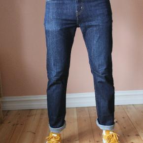 Carhartt jeans i mørkeblå denim. Størrelse 31/32. Brugt men stadig med masser af liv i dem. Jeg er 188 høj, vejer 83 kg. og er ganske normal af bygning.  Kan afhentes i Aarhus C eller sendes på købers regning! Alt tøjet kommer nyvasket!