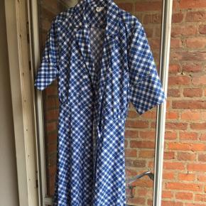 ARKET slå om kjole i ternet blåt mønster. Er også rigtig fin med jeans under.Størrelsen passer S til L da den bindes i taljen.