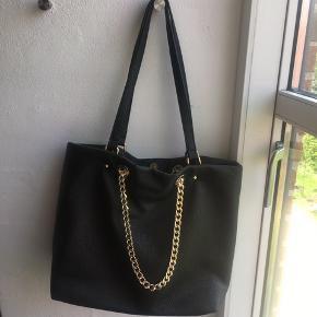 Sort Valentino taske, købt på Zalando Plads til en 13 tommer Macbook Nypris: 800kr.