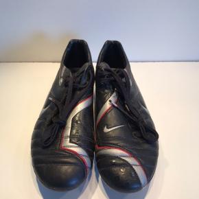 Retro Nike fodboldstøvle. Modellen er Nike 90 Zoom Air og i størrelse 43.   Den er i virkelig god stand og kan benyttes til enten fodbold eller som udstilling. Det er en eftertragtet model og det afspejles i prisen.
