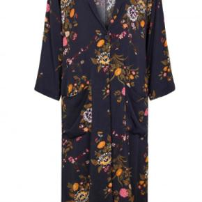Aldrig brugt. Smuk kimono. Får den desværre ikke brugt. Nypris 1000