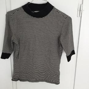 Stribet T-shirt fra Monki
