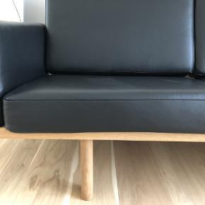 Hans J. Wegner, GE290 2.pers, Sofa  Hans J. Wegner - Super lækker 2. pers. med stel af massivt sæbebehandlet egetræ - armlæn og løse hynder er betrukket med sort bøffellæder. Wegner sofa. Formgivet i 1955 - fremstillet hos Getama - nybetrukketi springskum.  Den er kun siddet i en enkelt gang for fremstår derfor som ny.  Mål H75 B127 D87 SH 30