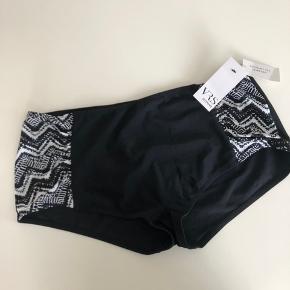 VRS. Bikinitrusse. Sort med hvid. Kan sendes mod betaling af porto kr. 40,00 med DAO.