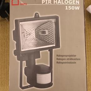 Halogenlampe spot - god når man skal male. Aldrig brugt. Den har ikke en pære, den skal du købe ved siden af andetsteds. Kan købes i supermarkeder eller byggemarkeder.
