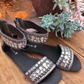 Jordfarvet sandal fra Mary B. Brugt en enkelt gang. Ny pris kr 399,-.