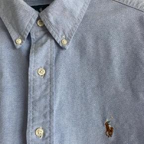 """Super flot og klassisk Oxford herreskjorte i """"classic fit"""". Str. 16 1/2 = 34/35. Fejler intet - næsten som ny og kun brugt lidt."""