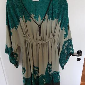 Virkelig smuk kjole, støvgrøn med mørkegrøn print. 100% viscose. Str. 40 #30dayssellout