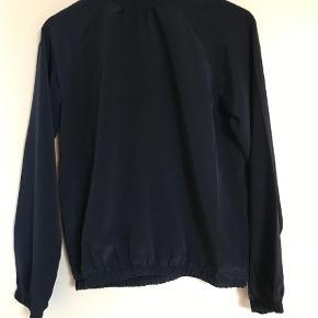 Varetype: Skjorte Farve: Blå  Flot mørkeblå skjorte med knapper i nakken  Brugt men i fin stand