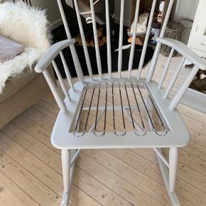 Farstrup gyngestol malet i lys lavendel/grå. Super som hygge eller stol til amning. Stabil og god.