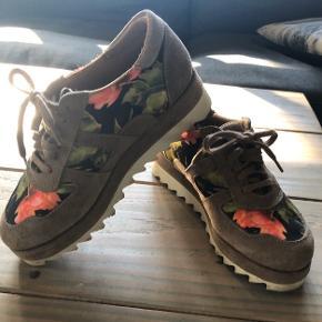Super fede sneakers med hak sål i smukke farver. Købt her på TS, men aldrig nået at blive brugt grundet et brækket ben.  Sælger ud af sko og støvler, som jeg grundet benet ikke længere kan bruge.