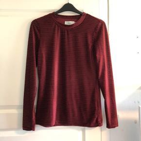Super fin bluse velour fra Moves. Brugt et par gange, fremstår i god stand. Størrelse L, men kan også passe mindre    #30dayssellout