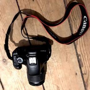 Har oplader til batteri, klap til linsen og du kan få et hukommelseskort med til. Det er et Canon Eos 1100D med 18-55mm linse. Har tjekket Pricerunner og der står det til omkring 5000kr, mit fungerer præcis som det skal og sælges fordi det ikke bliver brugt mere. Kan mødes i Odense og klare handlen eller sende med post. 📷😍