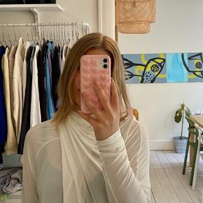 Smuk draperet bluse fra Ganni. Str. XL, men jeg er normalt en S, så den fitter lidt oversize på mig.