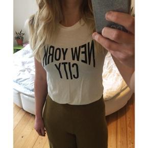 Weekday t-shirt I strait fit, med print.  Sender gerne med dao :)
