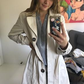 Gammel h&m frakke, som har enkelte tegn på slid, så som få pletter. Det ses ikke 🌝  Husk at tjekke mine andre opslag ud, jeg giver altid mængderabat 😚