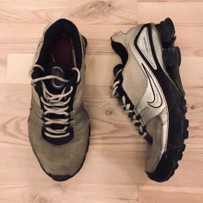 """Nike Shox, vintage. Hælkappen er noget slidt i begge sko, så fitter måske en halv str større. """"Fjedren"""" på den ene sko er desuden lidt løs, men måske kan den limes"""