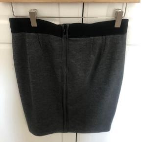 Fin nederdel med elastik om livet og fin detaljer på bagsiden.