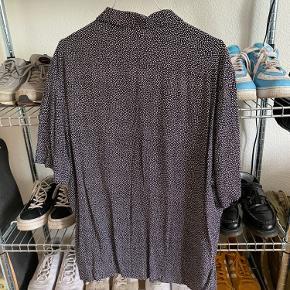 Sort skjorte med små hvide prikker fra H&M Brugt en håndfuld gange 🤟🏼