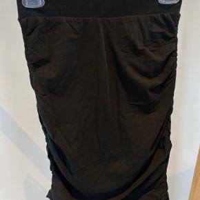 Superfin nederdel fra Only i sort med fin rynke detalje i siderne, så udtryk og længde kan tilpasses.   Str. Xs