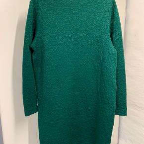 Meget behagelig og elastisk at have på. En rigtig god vinterkjole som kan bruges til mange ting.   Brystmål 104cm længde 95cm.