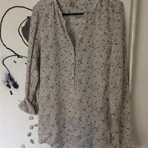 Varetype: Skjorte i flot mønster Farve: Se billeder  Flot skjorte - aldrig brugt. Kun prøvet i butikken Den måler fra skulderen og ned midt for 71,5 cm  Handler gerne via mobilpay - ellers plus gebyr :-)  Spørg og byd.......