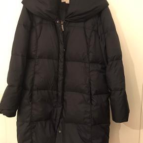 Rigtig fin dun jakke med en lækker detalje som hætte/ bred hals krave